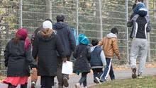 Flüchtlinge auf dem Gelände einer Erstaufnahmestelle in Suhl in Thüringen