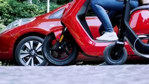 E-Auto Nissan Leaf, E-Motorroller Niu N1s und ein E-Tretroller.