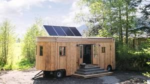 Die Solarzellen sorgen für Strom, wer aber soviel Energie wie in einer normalen Wohnung verbrauchen will, benötigt eine zusätzliche Versorgungsleitung.  Hersteller:Wohnwagon.at