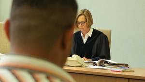 Richterin Nicola Haderleinmuss fast täglich in Asylverfahren entscheiden - zur letztendlichen Abschiebung kommt es trotzdem nur in seltenen Fällen.