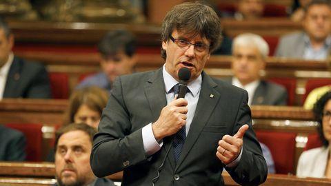 Carles Puigdemont vor dem Regionalparlament in Katalonien