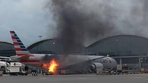 Auf dem Flughafen in Hongkong. beim Beladen einer Boeing 777 von American Airlines: Ein Cargo-Container steht in Flammen.