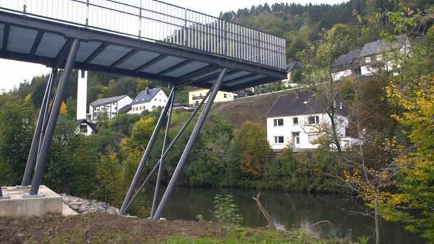 """Wurmfortsatz für 180.000 Euro: Der wunderhübsche """"Lennebalkon"""" wurde für 180.000 Euro errichtet - eine Verlängerung einer Bahnhofsbrücke. In Finnentrop wird das Schmuckstück liebevoll """"nutzloser Wurmfortsatz"""" genannt. Noch dazu gibt es bereits zahlreiche ähnliche Balkone in unmittelbarer Nähe über der Lenne. Statt einer sinnvollen Verbindung zum alten Ortskern habe man """"für einen sechsstelligen Eurobetrag lieber eine Aussichtsplattform geschaffen, die den Normalbürger hinsichtlich der Kosten-Nutzen-Rechnung zum Verzweifeln bringt"""", schreiben die Freien Wähler Finnentrops in einer Pressemitteilung."""