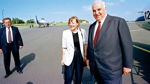 Helmut Kohl lebte in seiner Spätphase oft in einer Parallelwelt. Genau das werfen ihre Kritiker nun auch Angela Merkel vor
