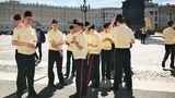 Der Offiziersnachwuchs nutzt den Schlossplatz als Kulisse für ein Gruppenbild.