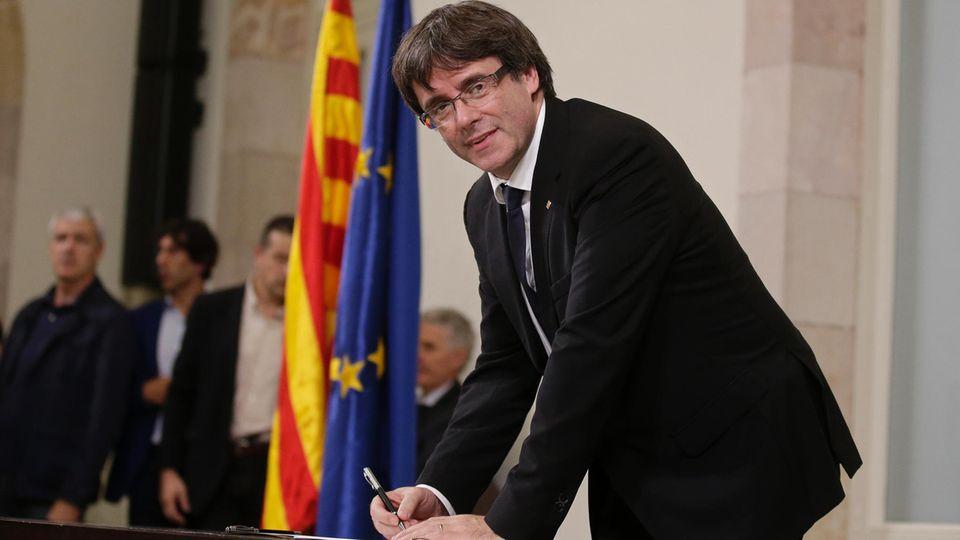 Carles Puigdemont unterzeichnet in Barcelona ein als Unabhängigkeitserklärung bezeichnetes Dokument
