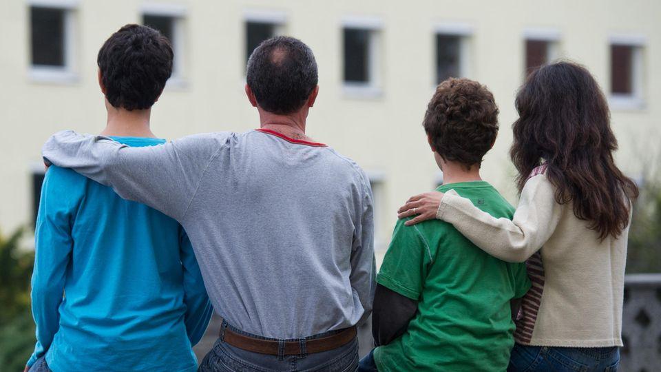 Flüchtlinge vor einem Asylwohnheim in Eisenhüttenstadt