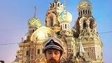 In Partymontur erweist dieser Rasputin-Lookalike der Auferstehungskirche seine Referenz.