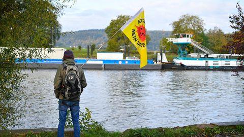 Atomkraftgegener protestiert gegen Castor-Transport auf dem Neckar