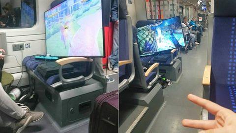 Mann zockt in S-Bahn Playstation