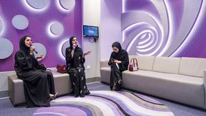 """Unten: Duett im Schleier. Arabische Frauen in der Karaoke-Bar des """"Hub Zero"""", eines Vergnügungszentrums inmitten einer Shoppingmall"""