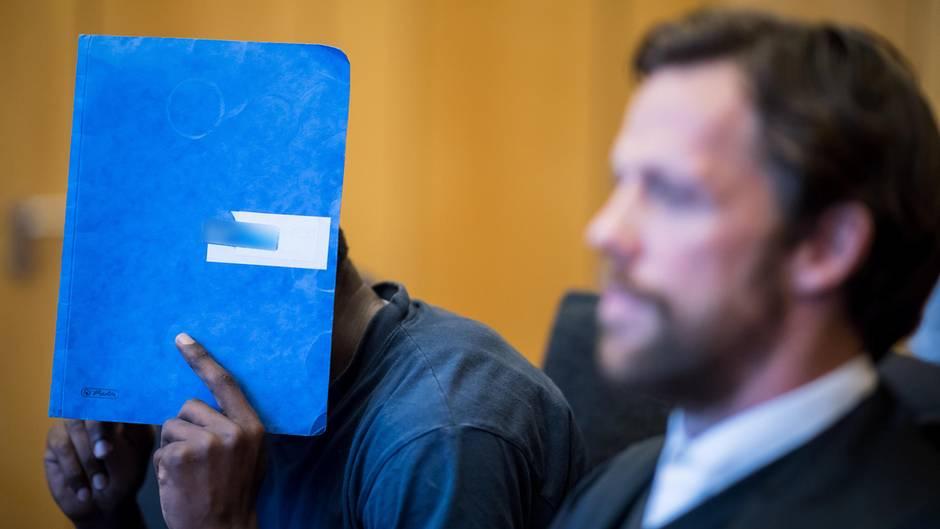 Asylbewerber ersticht Flüchtlingshelferin - Richter verhängen 13 Jahre Haft