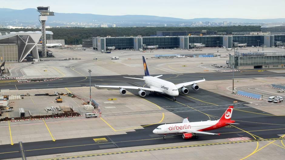 Die Nummer 1 schluckt die ehemalige Nummer 2 in der der deutschen Luftfahrt: Ein Airbus A380 der Lufthansa und eine Airbus A320 von Air Berlin rollen am Frankfurter Flughafen zur Startbahn.
