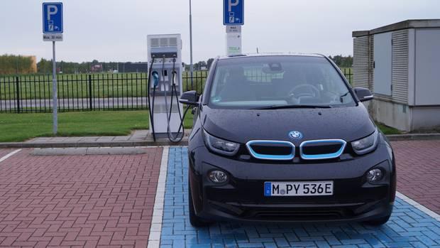 In den Niederlanden finden sich vielerorts Ladesäulen, die mit der Karte des BMW-Partners ChargeNow nutzbar sind - vorausgesetzt, sie ist für das Ausland freigeschaltet.