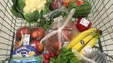 TAG 4: Sophia    Ich bin mittlerweile ein verdammter Einkaufsprofi! Allerdings gehe ich zur Zeit recht oft einkaufen, ja, ich bin regelrecht besessen von Nahrungsbeschaffung.    Im Gegensatz zu Dienstag bin ich heute im Nu fertig mit meinen Einkäufen und selbst ein bisschen beeindruckt, wie leicht ich mittlerweile Zuckerfallen erkenne. Meine Küche sieht jetzt auch irgendwie anders aus: Auf jeder Ablagefläche türmen sich Obst und Gemüse, mein Kühlschrank ist voller selbstgemachter Pasten und den Resten von gestern.    Zum Glück arbeite ich von zu Hause aus und kann mich jederzeit mit Selbstgekochtem versorgen. Auch schön: Kochen mit den Liebsten! Gestern gab es bei Maria selbstgemachte Sommerrollen und wir haben das erste Mal seit Ewigkeiten gemeinsam bei ihr zu Abend gegessen. Ich war so hart von Marias Kochkünsten beeindruckt, dass ich die Röllchen heute noch mal nachrolle. Aber auch hier liegt der Teufel im Detail: Der Boy würzt die Hähnchenbrust mit Sriracha, und ich muss die scharfe Sauce danach wieder abwaschen (ist das jetzt geschummelt?). Auch die Sojasoße ist nicht natürlich gebraut und enthält Zucker. Das fällt mir natürlich erst auf, nachdem ich den Blumenkohlreis damit gewürzt habe.    Da Verschwendung von Essen schlimmer ist als versteckte Zucker, esse ich das sojasoßenverseuchte Zeug trotzdem. Noch schlimmer: Essen ist nicht mehr befriedigend. Ich esse, bis ich satt bin, dann höre ich auf, dann esse ich wieder. In meinem Kopf schreit ein kleines Zuckermännchen ständig nach mehr. Ätzend!    Fazit: Freude am Kochen, aber Essen ohne Freude? Will ich das wirklich?