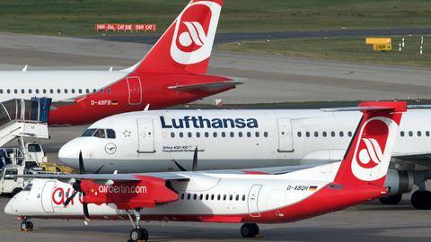 Flugzeuge auf dem Rollfeld in Berlin-Tegel. Im Vordergrund eineBombardier Dash 8 der Luftverkehrsgesellschaft Walter, dahinter ein Airbus der Lufthansa und von Air Berlin.