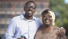 Nach 23 Jahren Gefängnis verlässt Lamonte McIntyre mit seiner Mutter Rosie McIntyre das Gerichtsgebäude in Kansas City, USA