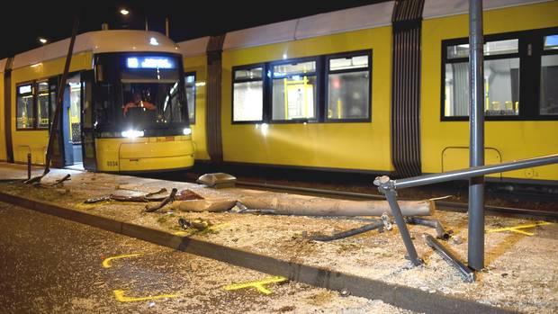 Glassplitter und Trümmer liegen an der Unfallstelle in Berlin-Friedrichshain