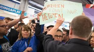 Demonstranten rangeln bei einer Lesung und Podiumsdiskussion mit Thüringens AfD-Landes- und Fraktionschef Höcke