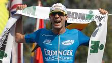 Patrick Lange feiert seinen Titelgewinn bei der Ironman-WM auf Hawaii