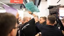 Tumultartige Szenen begleiten eine Lesung mit Thüringens AfD-Landeschef Björn Höcke auf der Frankfurter Buchmesse