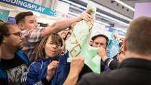 Ungewohnte Szenen auf der Frankfurter Buchmesse: Während einer Lesung und Podiumsdiskussion mit Thüringens Afd-Landes- und Fraktionschef Björn Höcke kommt es zu Tumulten. Demonstranten rangeln mit Ordnern, Plakate werden zerrissen.