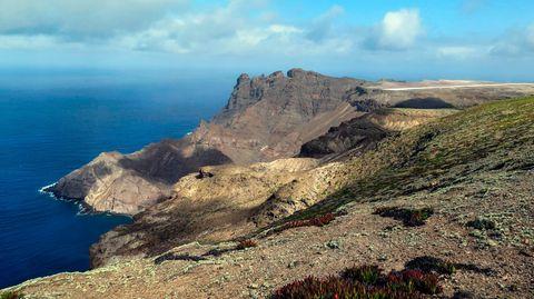 Die karge Vulkaninsel St. Helena misst 11 mal 15 Kilometer, gehört zumdas Britischen Überseegebiet und 4500 Einwohner.
