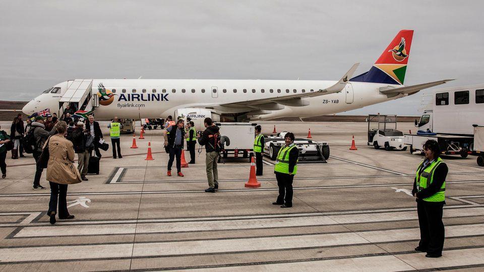 Die Embraer 190 der südafrikanischen Airlink ist auf dem Flughafen von St. Helena gelandet.