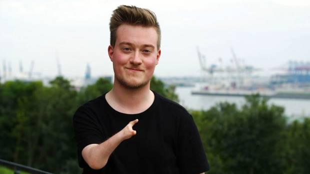 René Schaar (25) hat eine Arm- und Handfehlbildung, genannt Poland-Syndrom.