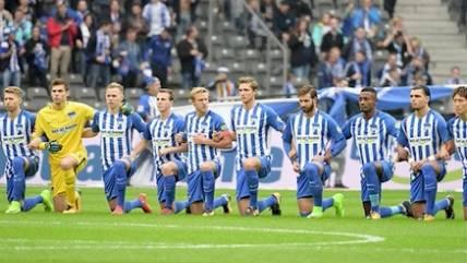 Politisches Zeichen: Hertha-Spieler gehen in die Knie - Aktion kommt nicht überall gut an