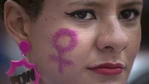 (Un-)Tragbar? NEON-Autorinnen streiten über Feminismus-Slogans auf Kleidung