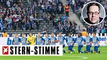 """Die Mannschaft von Hertha BSC bei ihrem """"Kniefall"""" - ein richtiges und wichtiges Zeichen, sagt stern-Stimme Philipp Köster"""