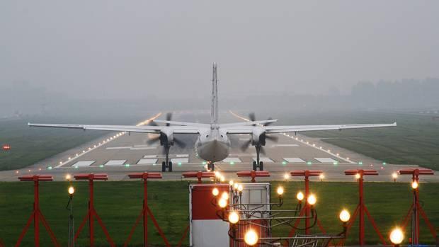 Vor dem Losrollen: Um die kurze Startbahn des für den Nebel berüchtigten London City Airport optimal zu nutzen, geben die Piloten Vollgas und lösen erst dann die Bremsen.