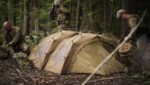 Hier werden zwei Zelte verbunden.