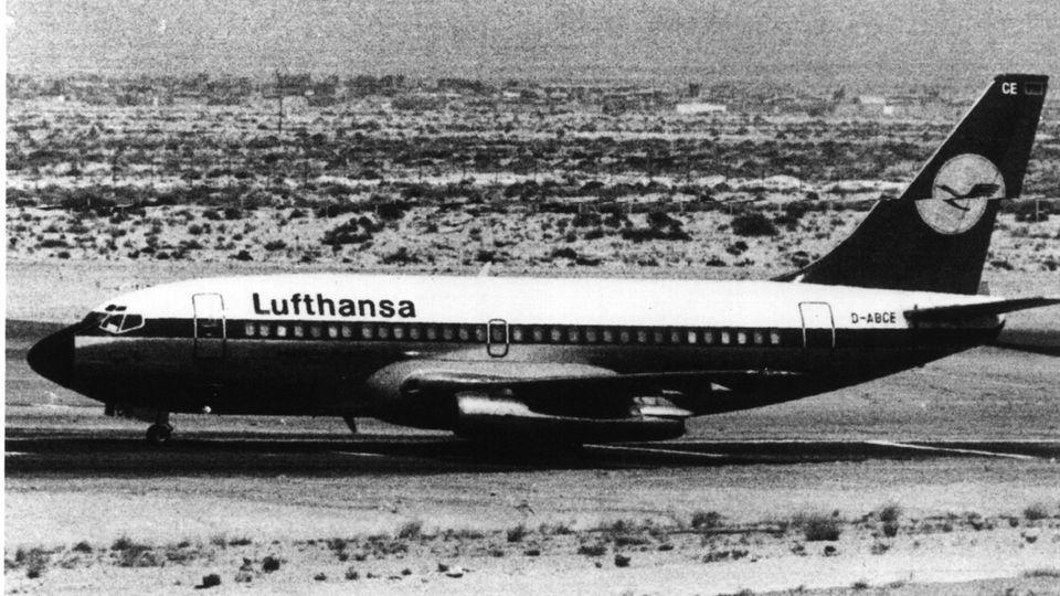 """Die """"Landshut"""" steht am 14. Oktober 1977 für zwei Tage auf dem Rollfeld des Flugplatzes von Dubai"""