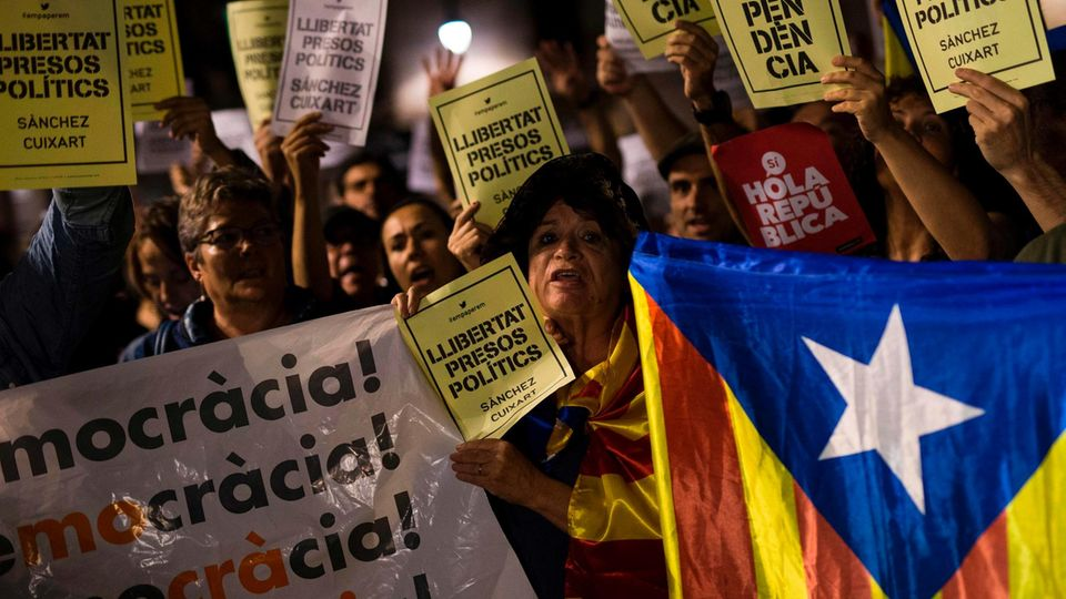 Katalonien: Menschen demonstrieren gegen Haftbefehl für katalanische Aktivisten
