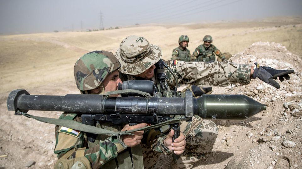 Irak: Ein Soldat der Bundeswehr weist einen Angehörigen der Peschmerga ein
