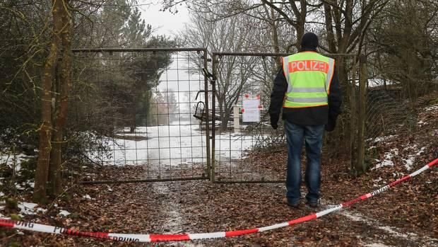 Polizist vor der Gartenlaube in Arnstein