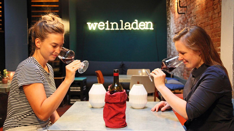 Das sagt die Expertin Stephanie Döring:  Der Wein ist lila, fast schon schwarz, riecht aber wie ein süßer Saft, fast schon wie ein Likör. Er riecht nach Kompott wie eingekochte Rote Grütze. Vom Geruch ist der Wein nicht meins.      Wie schmeckt der Wein?Er hat eine kräftige Säure, die den strengen Fruchtgeschmack etwas ausbalanciert. Trotzdem ist er süß und schmeckt sogar etwas künstlich, mich persönlich stört die Säure etwas. Es wirkt als wäre mit ein bisschen Säure nachgeholfen worden. Nach zwei Schlücken ist man bereits satt und möchte den Wein nicht mehr trinken.      Wie viel würde die Sommelière dafür ausgeben? Ich denke er liegt zwischen 5 und 8 Euro.      Schulnote:5      Fazit nach Enthüllung der Flasche:Man würde denken, der Wein hat viel mehr als nur 13 Prozent. Auch der Jahrgang 2014 passt nicht zum Gesamtbild des Weines. 15 Euro finde ich für den Wein ein bisschen viel.