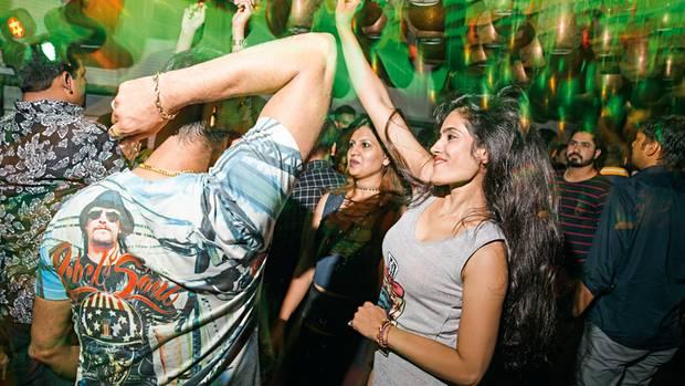 Die Hände nach oben: Junge Inder feiern im Nachtclub des W-Hotels