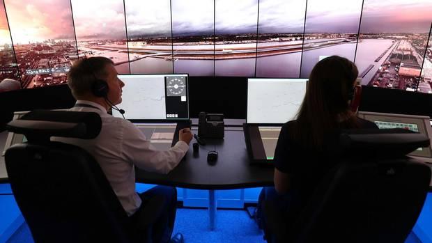 Blick auf Live-Bilder per Fernübertragung: Der City Airport wird vom den Fluglotsen derNational Air Traffic Services (NATS) Swanwick in Hampshire gesteuert.