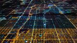 Chicago  In den Nachtbildern deutlich zu erkennen: Wie in vielen amerikanischen Städten wurde das Straßennetz Chicagos auf dem Reißbrett in klar strukturierten Planquadraten entworfen.