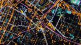 Los Angeles  Die Westküstenmetropole ist bekannt für ihre Freeways. Auf dem Bild kreuzen sich zwei Stadtautobahnen, die durch die unterschiedliche Straßenbeleuchtung ein farbiges Muster ergeben.