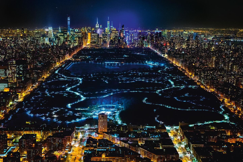 New York City    Blick hoch über Harlem auf den Central Park nach Downtown Manhattan mit den Hochhäusern an der feinen Adresse Central Park South. Links im Bild sind die Lichter der Fifth Avenue.