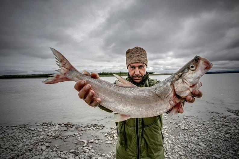 Till Lindemann posiert mit einem gefangenen Fisch