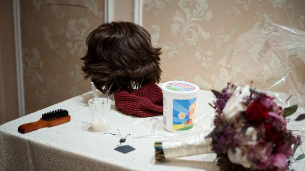 Neben dem Brautstrauß liegt die Perücke, die Bassy Schmukler fortan tragen wird. Sie wird sich ihre dunkel gelockten Haare abschneiden – das fordert die Sittsamkeit