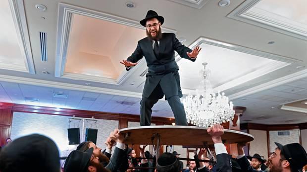 Die Chabad-Männer lassen Bräutigam Chaim Landa hochleben. Der seidene Mantel wurde vor der Hochzeit extra angefertigt. Er wird ihn künftig an Schabbat und an Feiertagen tragen