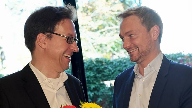 Christian Lindner (r.) feiert am Montag mit Stefan Birkner, Spitzenkandidat der FDP in Niedersachsen, das Wahlergebnis