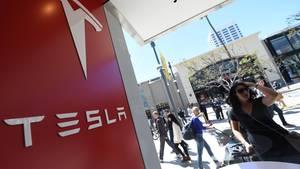 Tesla hat ein strahlendes Image, doch den Angestellten weht ein harscher Wind ins Gesicht.