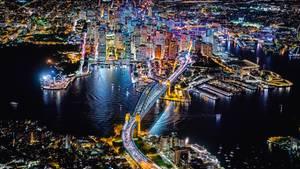 Sydney  Auch nachts ein Bild mit hohem Wiedererkennungseffekt: Das erleuchtete Sydney Opera House mit der berühmten Harbour Bridge im Vordergrund.